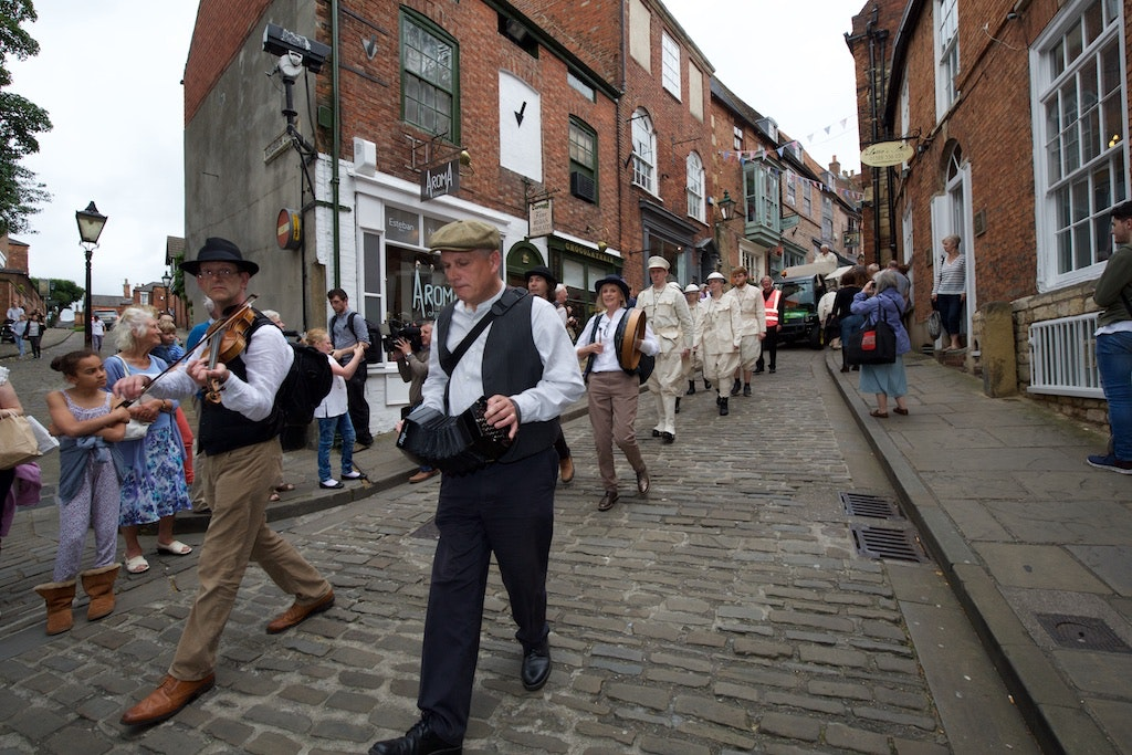 Setting the scene down Steep Hill